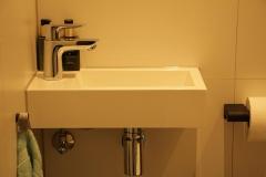 wc-kraan-waarbij-het-sifon-in-het-midden-zit-en-niet-schuin-De-juiste-afwerking