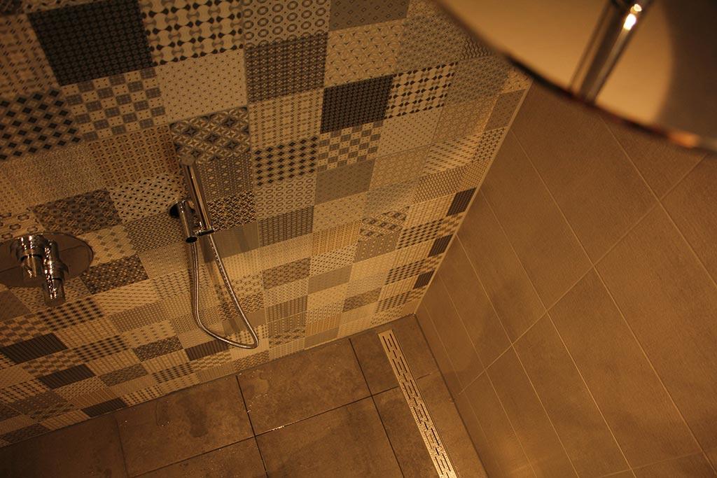 Mozaiek-badkamer-met-stort-douche